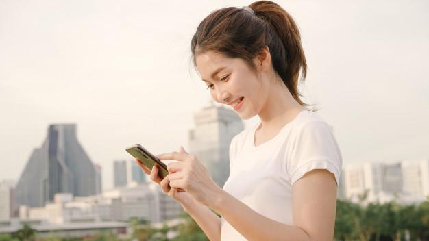 Mujer de turismo consultando el teléfono