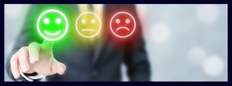 Persona pulsando unos botones de satisfacción cliente