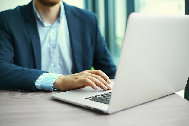 Una persona trabajando en su ordenador