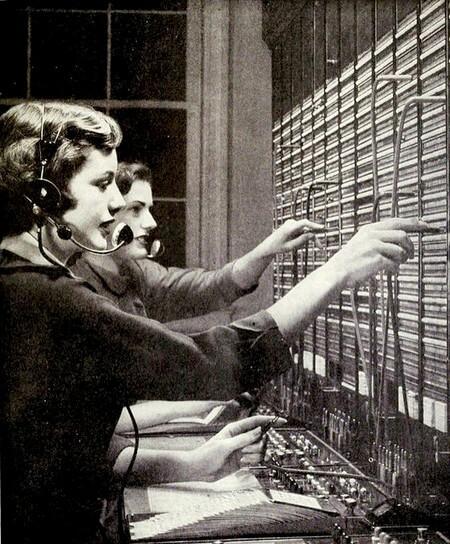 Foto antigua con operadoras telefónicas conectando cables